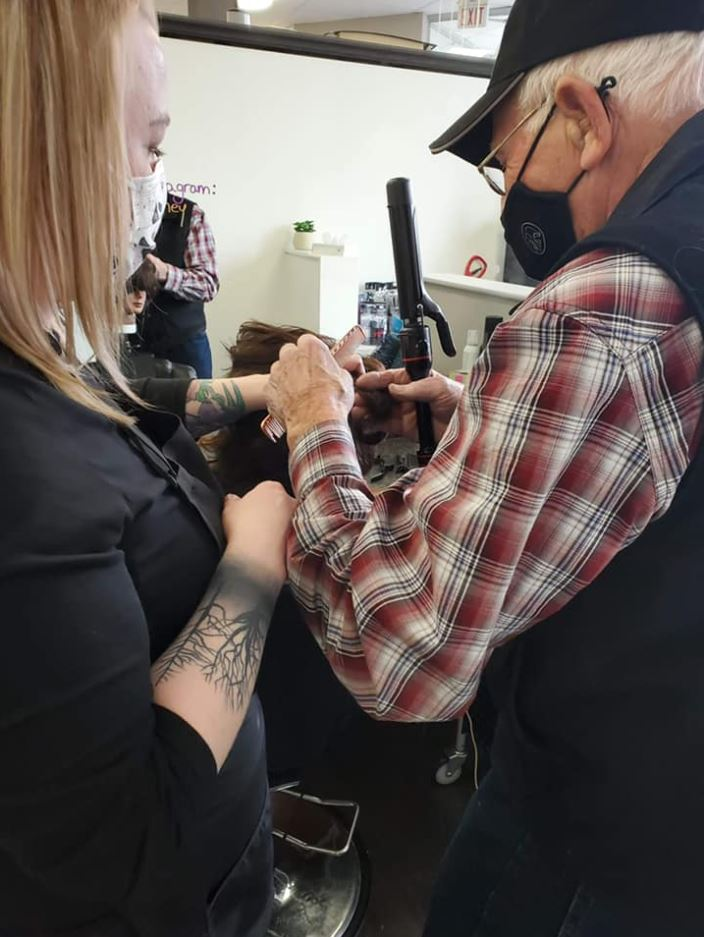 Abuelito toma clases para aprender a rizar el cabello de su esposa
