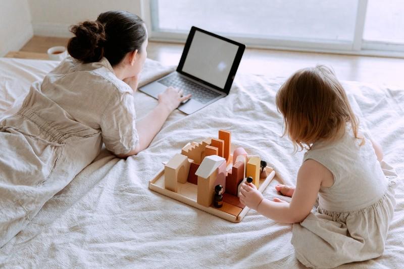 Estudio afirma que ser madre implica trabajar 14 horas al día, el doble que un empleo normal