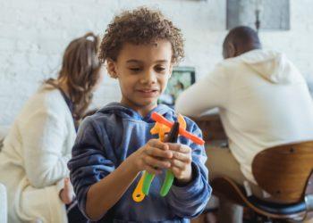 Hacerle todo a tus hijos les produce daños a largo plazo, según expertos