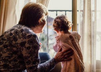 Madre prohibió a los abuelos que abracen a su hija de 2 años sin pedirle permiso primero