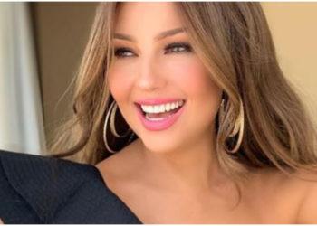 La cantante Thalía presume un sexy y ajustado vestido rojo