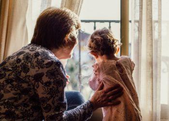 Abuelita es forzada por un tribunal a borrar las fotos de sus nietos en las redes sociales