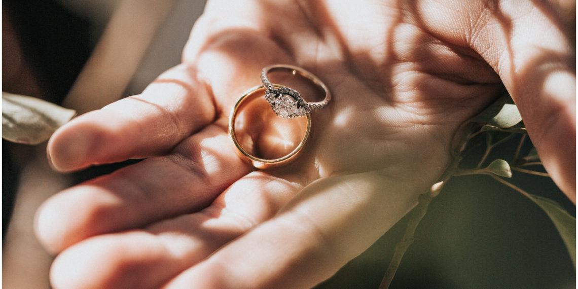 Hombre infiel compra anillos para su novia y su amante pero la empleada lo delata