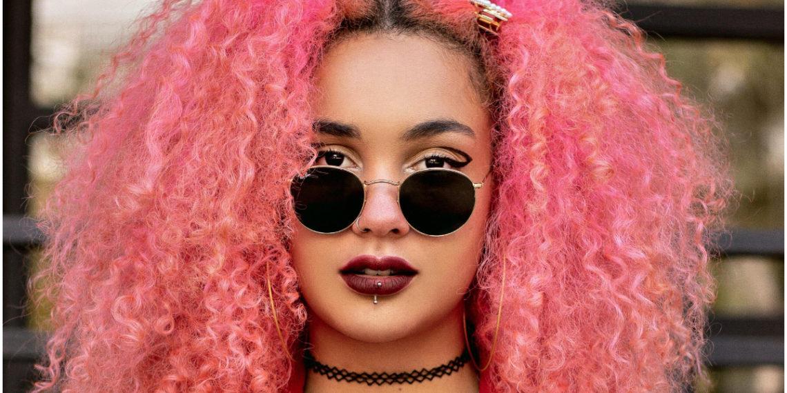 Dale color y estilo a tu melena rizada con estos tintes de cabello