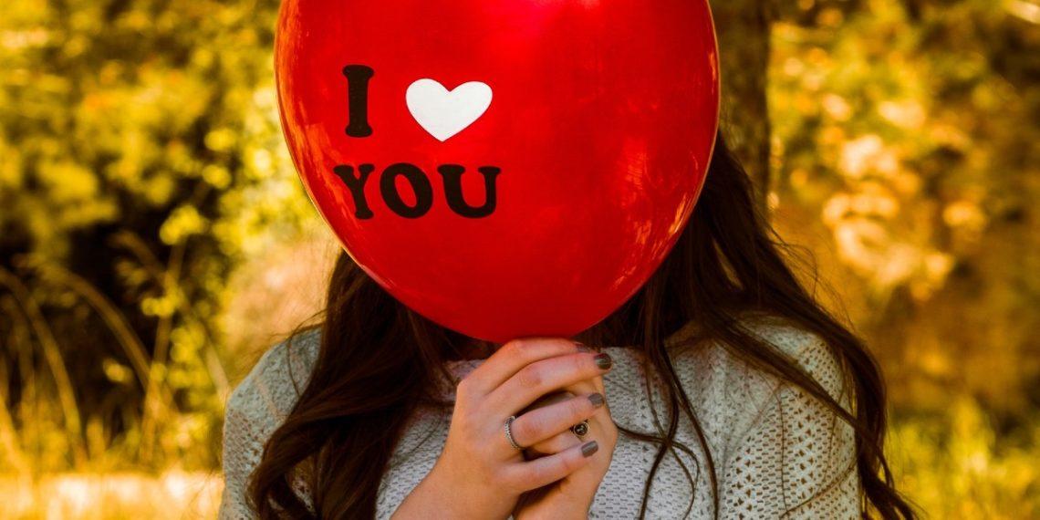Las parejas que tienen demostraciones públicas de afecto lo hacen por la atención, no por amor, según estudio
