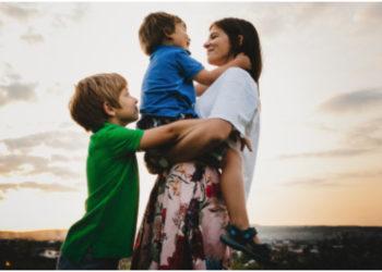 Madre implementa una crianza diferente para no terminar cansada cuidando a sus hijos