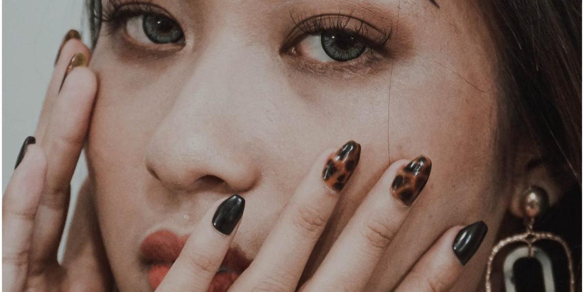 Uñas estilo carey: la tendencia de manicure que es ideal para lucir elegante. Foto: Pexels