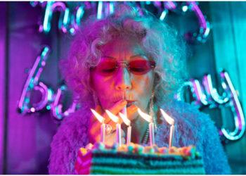 Lleva tu fiesta de cumpleaños a otro nivel con estos pasteles con glaseado cristal