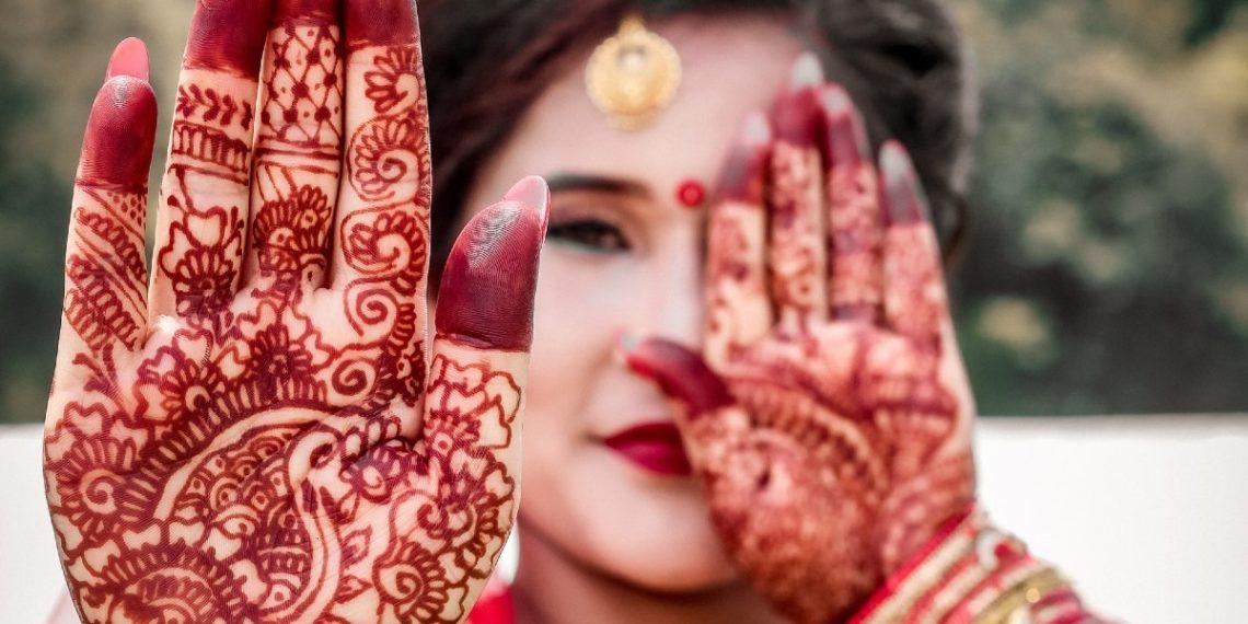 Cómo teñirte las cejas y el cabello con henna: la tendencia popular en Instagram