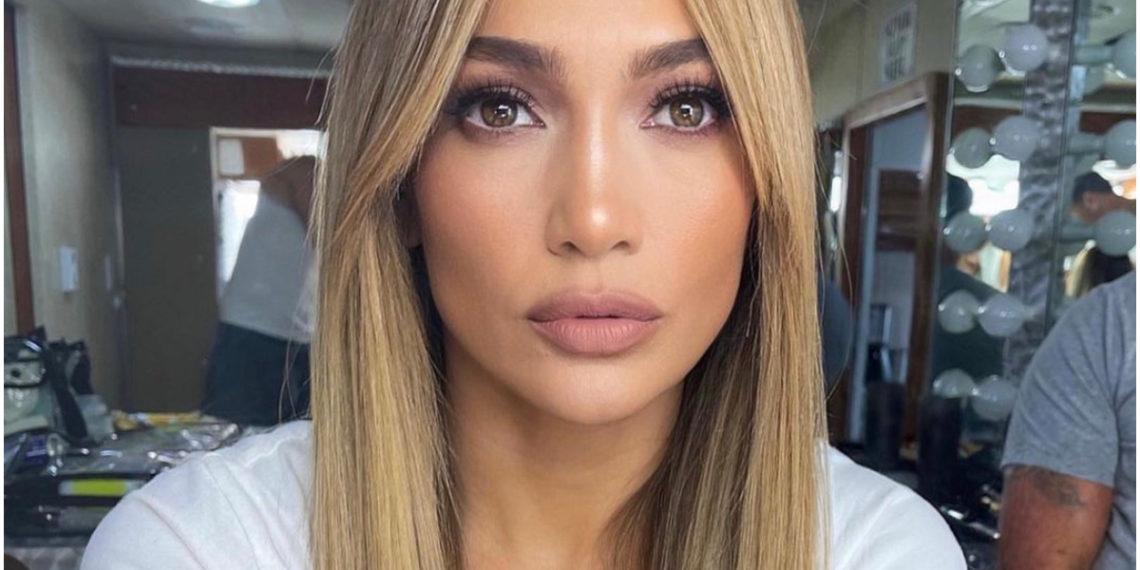 Jennifer Lopez inspira con sus looks a las mujeres que quieren ir cómodas y elegantes al trabajo