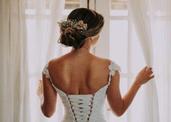 Esta novia tejió su propio vestido de bodas durante sus viajes en tren al trabajo y el resultado es asombroso