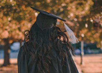 Los honró con su título: universitaria posa con sus padres agricultores en el campo el día de su graduación