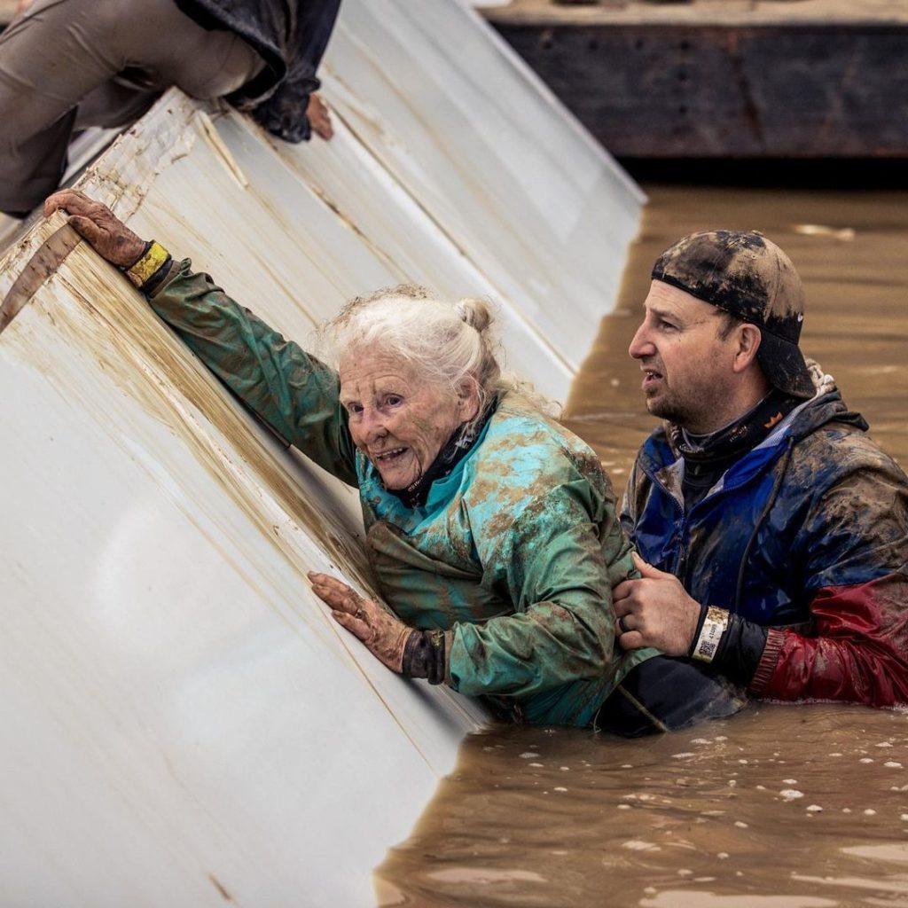 Con 82 años esta abuelita viuda completó una carrera de obstáculos para honrar a su esposo