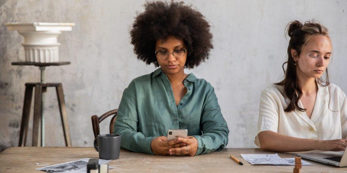 'Cuello phone': cómo evitar la flacidez en la papada producto de pasar horas en el celular