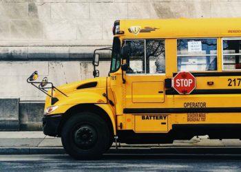 Pareja abandona su vida normal para vivir en autobús modificado con sus tres hijos