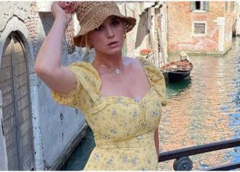 Katy Perry da clases de estilo para las madres al usar un vestido floreado con tenis