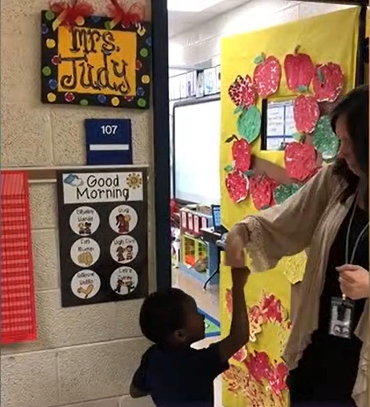 Educación divertida: Maestra deja que los niños escojan el saludo que desean recibir
