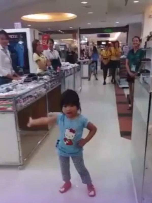 Niña enamora a todos en el supermercado con sus pasos de baile