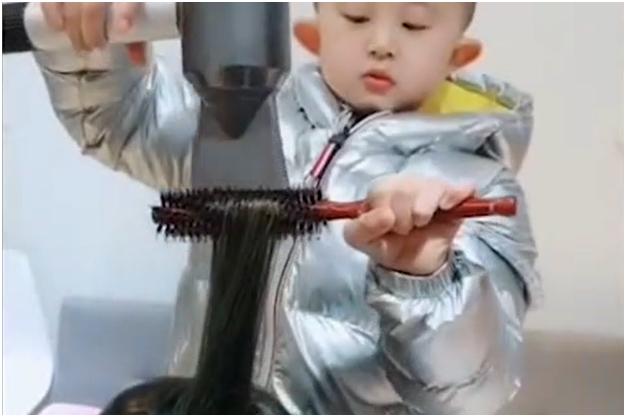 Con solo 6 años este tierno e ingenioso niño cautiva a sus clientes con su talento como estilista