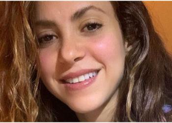 Shakira aparece con pantalones metalizados de moda y causa sensación