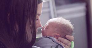 El emotivo momento en que una viuda dio a luz a un bebé tras perder a su esposo
