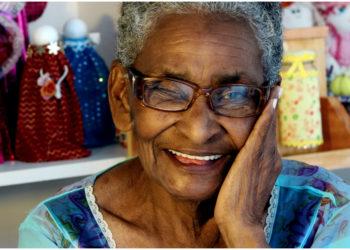 Abuelita le pide a Alexa rezar un rosario para sus nietos y su cara es lo más tierno que verás hoy