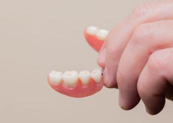 'Influencer' de 25 años cuenta cómo ha aprendido a vivir con dentadura postiza