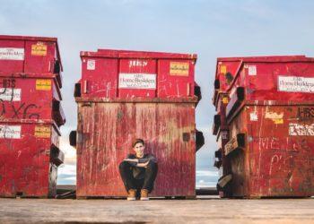 Madre de cuatro niños se convierte en recolectora de basura y gana mil dólares a la semana