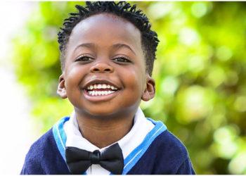 niño invitó a todos sus amigos a su audiencia de adopción oficial
