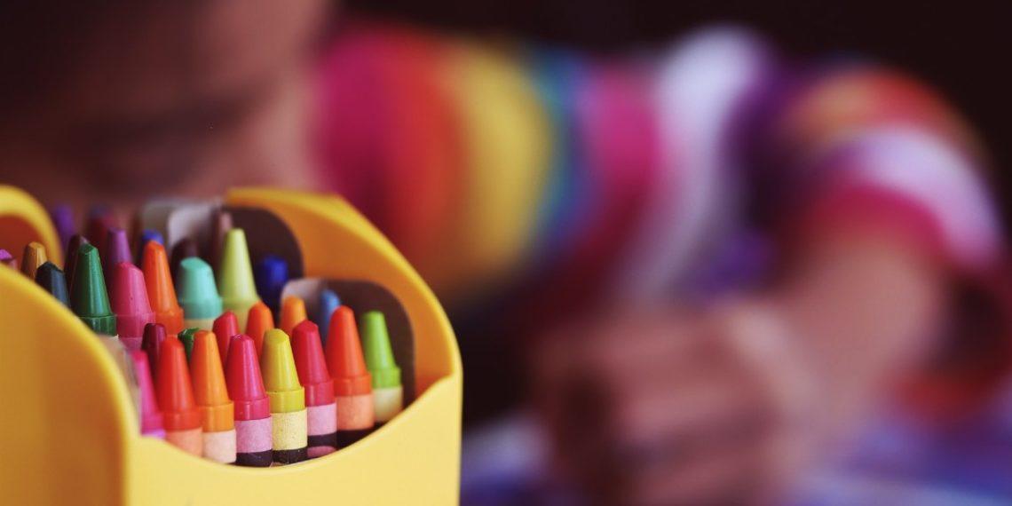 Maestra comparte los útiles de sus alumnos entre los que no tienen y madre le reclama