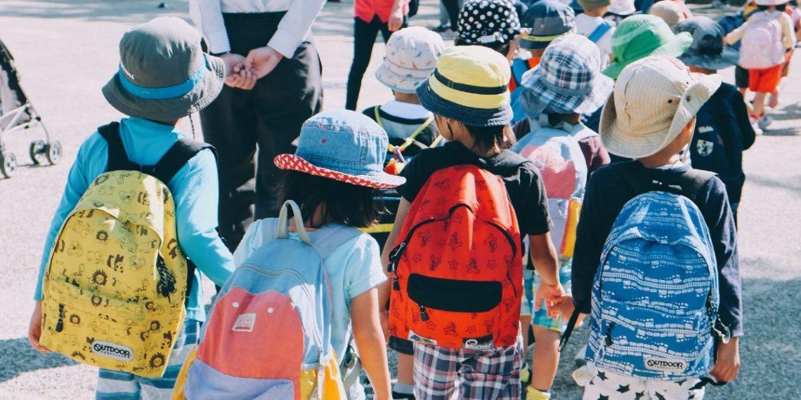 Querer es poder: niños en pueblo argentino llevan sus sillas a la escuela para poder estudiar