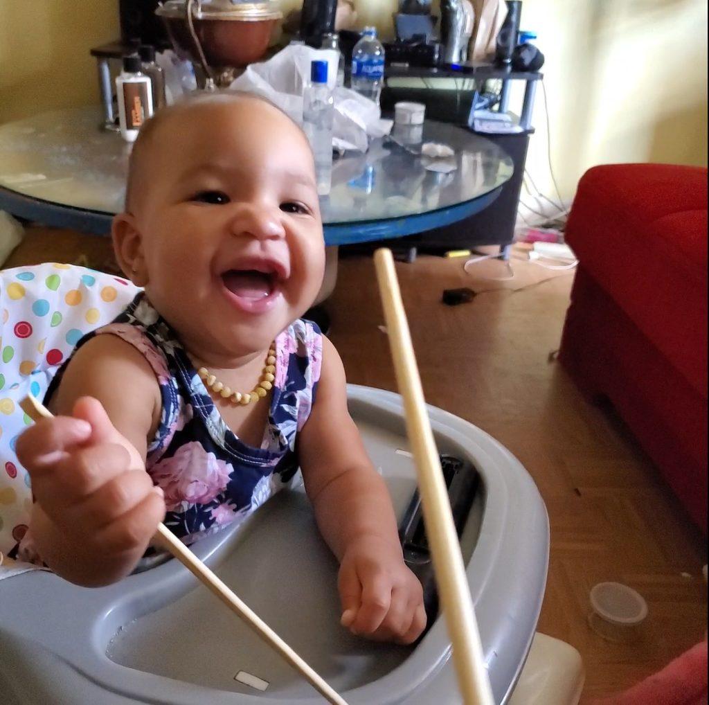 Épica 'batalla' con palitos de juguete entre padre y bebé termina en adorables carcajadas